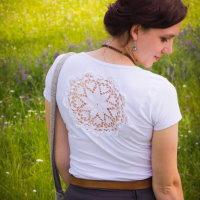 Upcycling DIY T-Shirt mit Häkeldeckchen