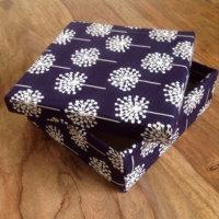 diy nähen nähanleitung box mit stoff beziehen stoffbox karton upcycling als geschenkbox idee selbst machen anleitung einfach freebook gratis