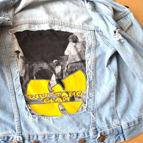 DIY Mode Jeansjacke aufpeppen mit bedrucktem T-Shirt Bandshirt