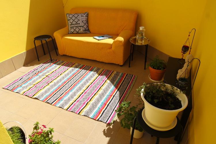 Der Teppich kommt übrigens Nachts rein und für das Sofa habe ich einen Überzug aus Wachstuch genäht. Es regnet aber zum Glück nur sehr selten!