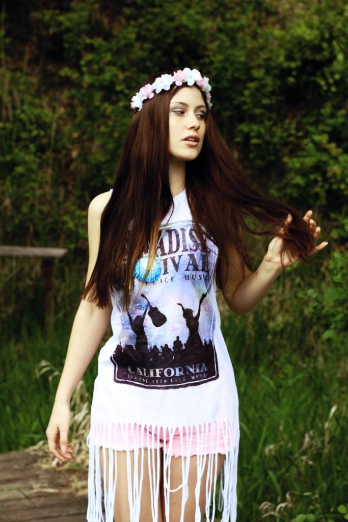 Festival-Style-Outfit-Blumen-Kranz-Fransen-Shirt-Hippie-683x1024