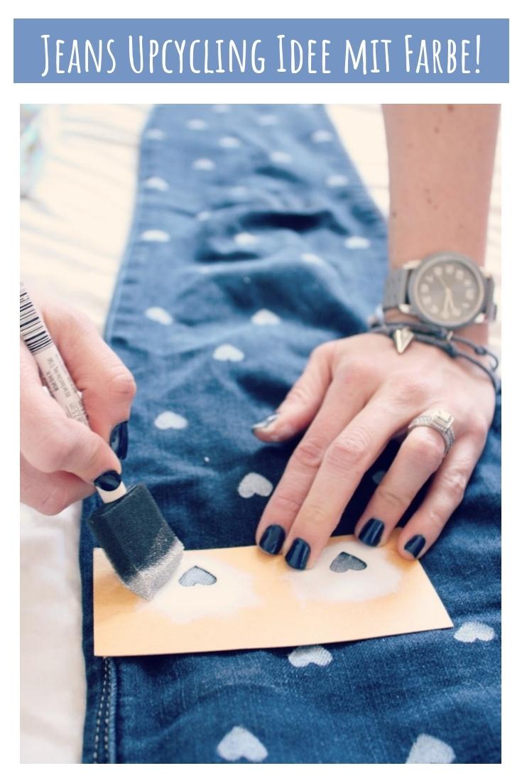 Jeans bemalen bestempeln Herzen Stoffmalfarbe upcycling idee ideen nähen nähideen nachhaltig diy jeanshose alt mach neu pimpen refashion was kann man aus alten jeans machen